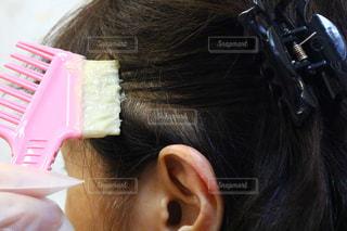 自分撮りをするピンクの髪の人のクローズアップの写真・画像素材[2404551]