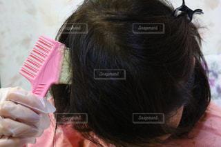 自分撮りをするピンクの髪を持つ女性のクローズアップの写真・画像素材[2404553]