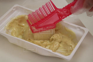 トレイにパスタとチーズを入れたプラスチック容器の写真・画像素材[3076985]