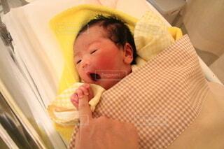 赤ん坊を抱いている小さな男の子の写真・画像素材[3692824]