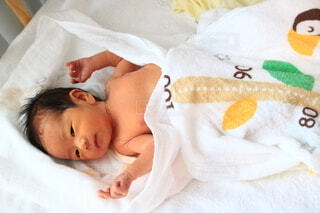 ベッドに横たわる赤ん坊の写真・画像素材[3697962]