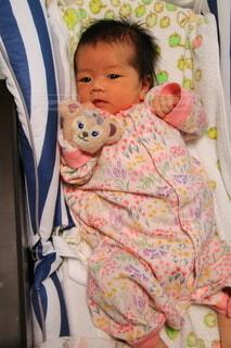 ベッドに横たわる赤ん坊の写真・画像素材[3780554]