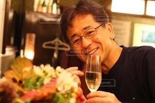 ワインを一杯持っている男の写真・画像素材[3809671]