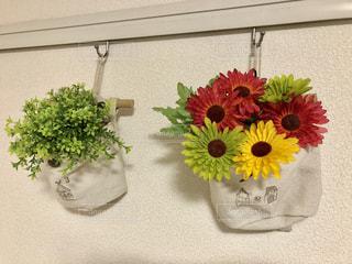 テーブルの上の花の花瓶の写真・画像素材[1167175]