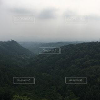 背景の山と水の大きな体の写真・画像素材[718312]