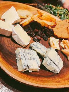 テーブルの上に食べ物のプレートの写真・画像素材[1001422]