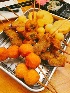 ナイフで食べ物の皿の写真・画像素材[1155452]