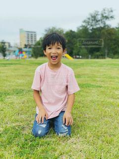 草の中に立っている小さな男の子の写真・画像素材[2995956]