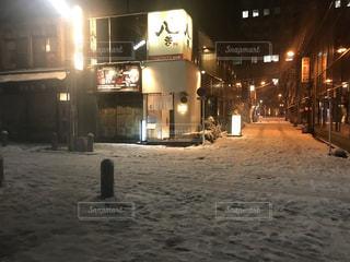雪に覆われた通りの写真・画像素材[985756]