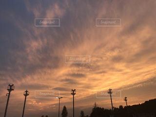 日没の前にトラフィック ライトの写真・画像素材[985811]