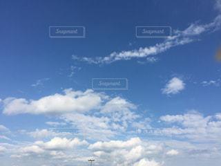 空には雲のグループの写真・画像素材[985816]
