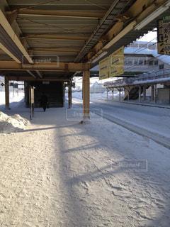 雪に覆われた駅の写真・画像素材[987105]