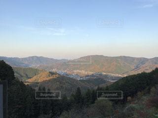 背景の大きな山のビューの写真・画像素材[987108]