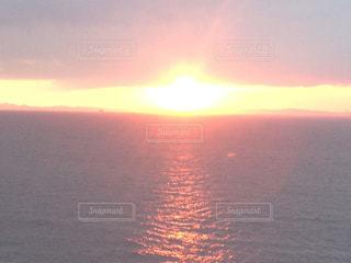 水の体に沈む夕日の写真・画像素材[990494]