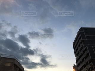 曇りの日に背の高い建物の写真・画像素材[991978]