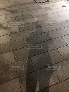 黒と白のタイル張りの床の写真・画像素材[993332]