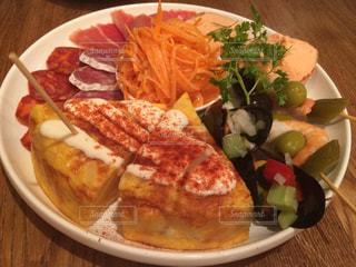 テーブルの上に食べ物のプレートの写真・画像素材[772578]
