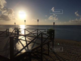 南国 プール 海 サイパン ハワイ グアム オーシャンビュー ウッドデッキの写真・画像素材[300698]