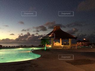 南国 プール 海 サイパン ハワイ グアム オーシャンビュー 夜景 ライトアップの写真・画像素材[300726]