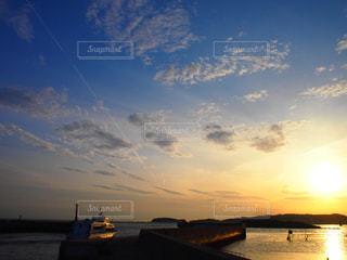 海のうえに夕日の写真・画像素材[957689]