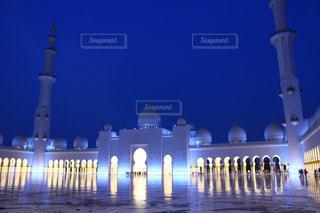 近くにバック グラウンドでシェイク ・ ザーイド ・ モスクと夜の光の家のの写真・画像素材[1414139]