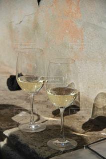 ベニスに旅行した時。立ち飲みワインの屋台が賑わっていたので、つい私も一杯。の写真・画像素材[318110]