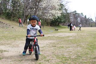 自転車の練習をする子供の写真・画像素材[1121880]