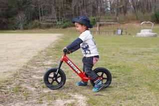 ストライダーで遊ぶ少年の写真・画像素材[1121881]