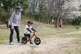 ストライダーで遊ぶ親子の写真・画像素材[1121882]