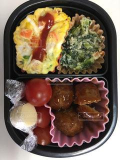 さまざまな種類の食品が入ったプラスチック容器の写真・画像素材[1121952]