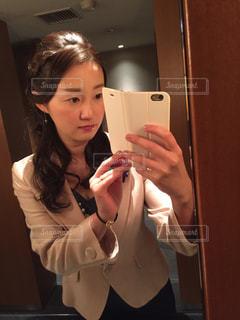 鏡の前に立って自撮りする女性の写真・画像素材[1123922]