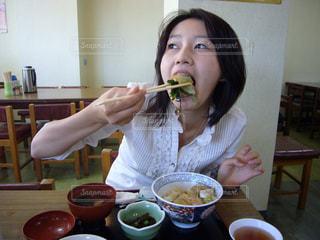 食事をする女性の写真・画像素材[1124343]
