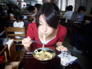うどんを食べる女性の写真・画像素材[1124555]