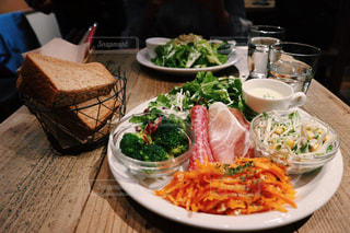 テーブルの上に食べ物のプレート - No.1149642