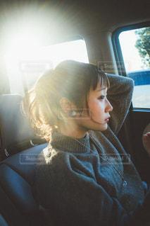 窓の前に座っている人 - No.925711