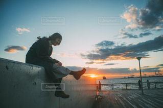 日没の前に立っている男 - No.925714