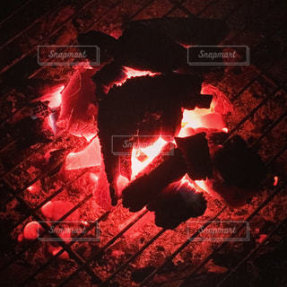 炭火の光の写真・画像素材[722410]