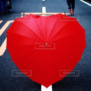 ハート型の赤い傘の写真・画像素材[730622]