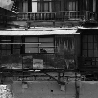 古い建物のモノクロ写真の写真・画像素材[848499]
