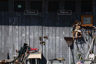 木の扉と壁掛け時計の写真・画像素材[853748]