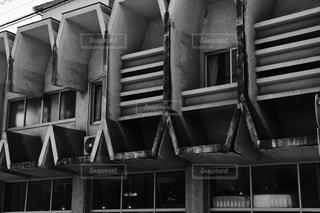 建物の白黒写真の写真・画像素材[869320]