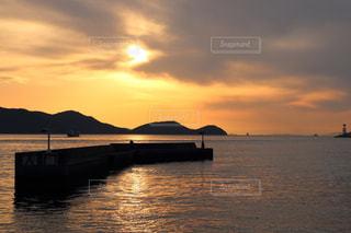 瀬戸に沈む夕日の写真・画像素材[983402]
