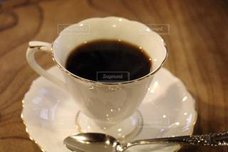 テーブルの上のコーヒー カップの写真・画像素材[983502]
