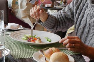 コース料理を食べる女性の写真・画像素材[1012432]
