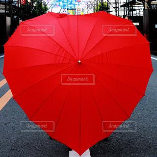 赤い傘(ハート形)の写真・画像素材[1253651]