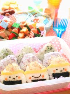 テーブルの上の寿司のグループの写真・画像素材[799460]