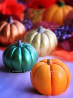 テーブルの上のオレンジのボウルの写真・画像素材[803631]