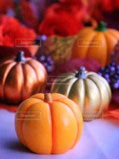 テーブルの上のオレンジのボウルの写真・画像素材[803632]