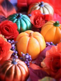 テーブルの上のオレンジのグループの写真・画像素材[803634]