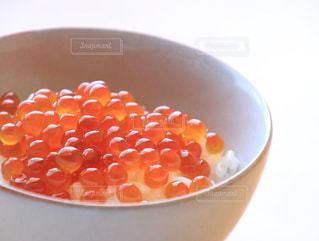 テーブルの上のオレンジのボウルの写真・画像素材[848533]